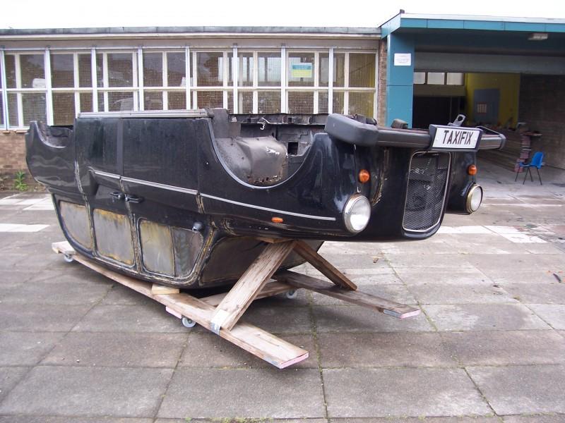 Afgeschreven auto wordt boot op Haagse Trekvliet
